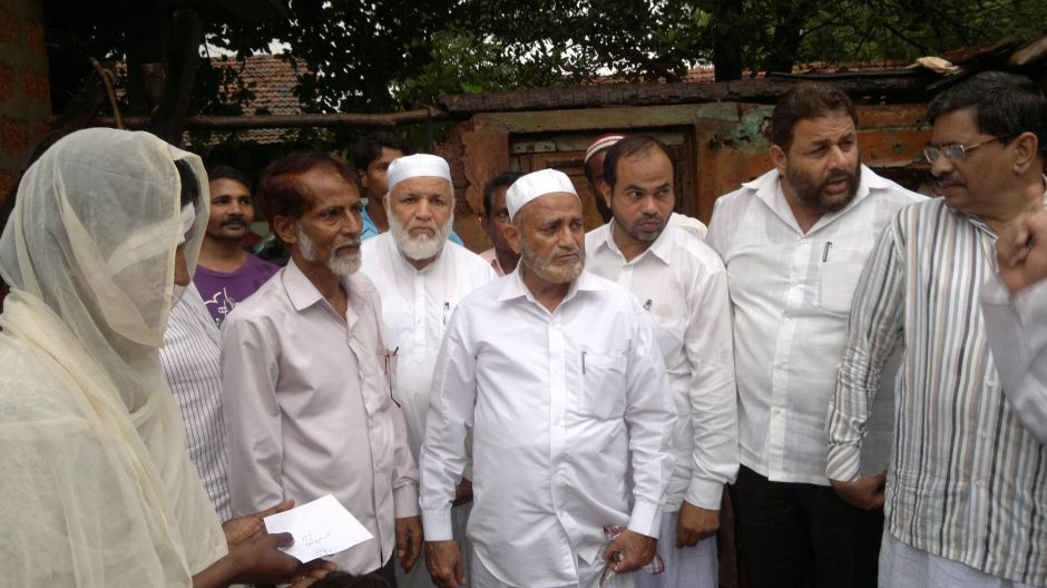 Tanzeem Delegation grant monetary aid for rain affected victim in Kokti Nagar Bhatkal