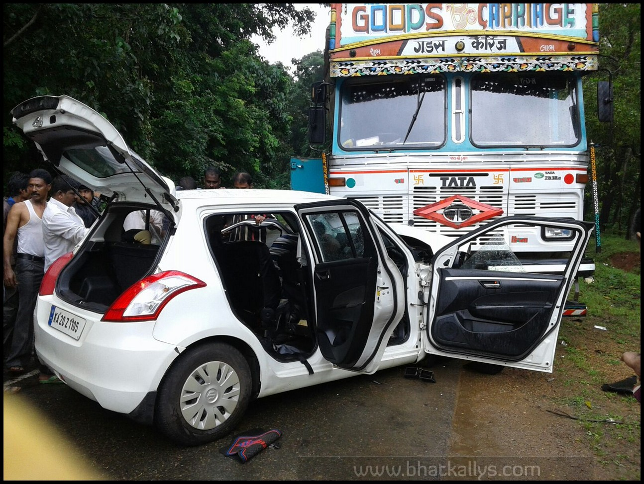 Photos Swift Car Collides With Lorry 2 Killed And 3